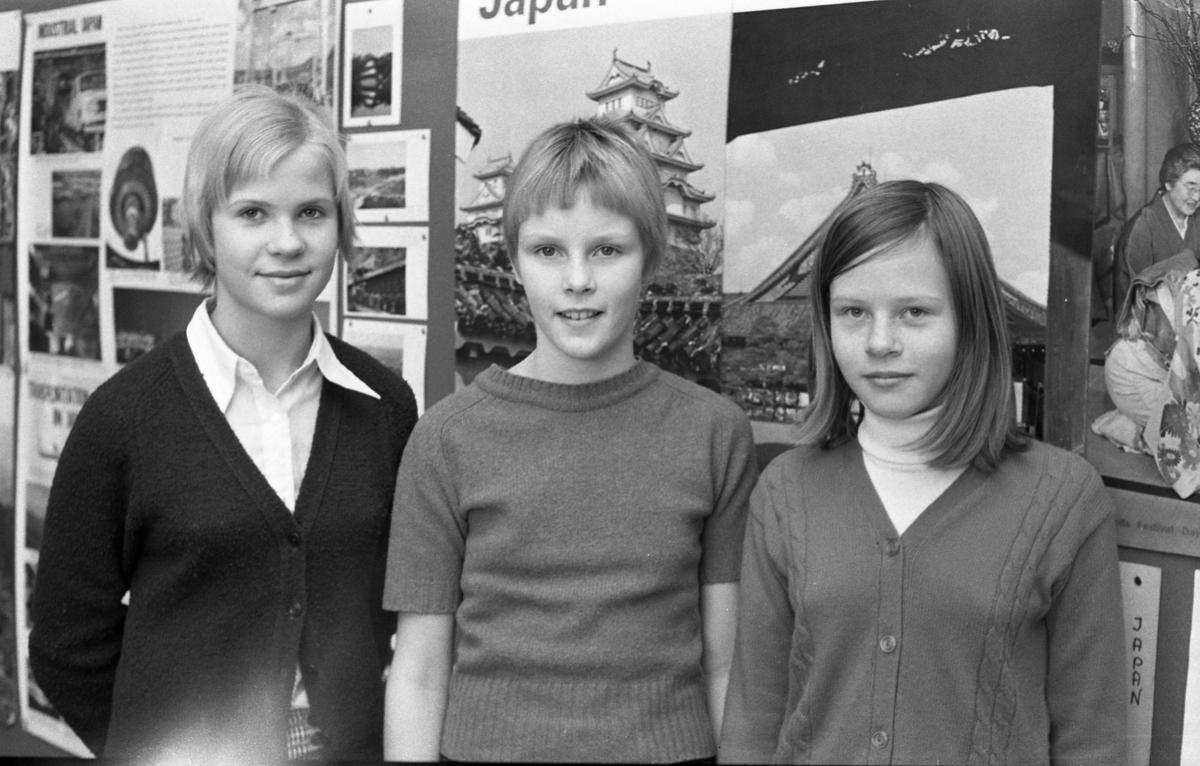 Inför finalen i TV-programmet Fyrklövern, en tävling för sjätteklassare. Här ses, från vänster: Eva Lindgren 6D, Nina Läth 6E och Marie Josefsson 6F Engelbrektsskolans årskurs sex skickade in en anmälan om att delta i tävlingen. Femton elever från skolans tre sjätteklasser valdes ut.
