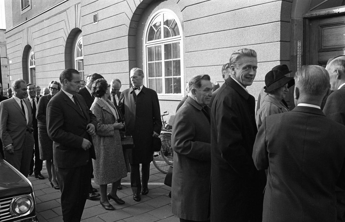 Statsutskottet besöker Arboga. Politikerna är på väg in i rådhuset. Mannen som ser in i kameran är Olle Göransson.