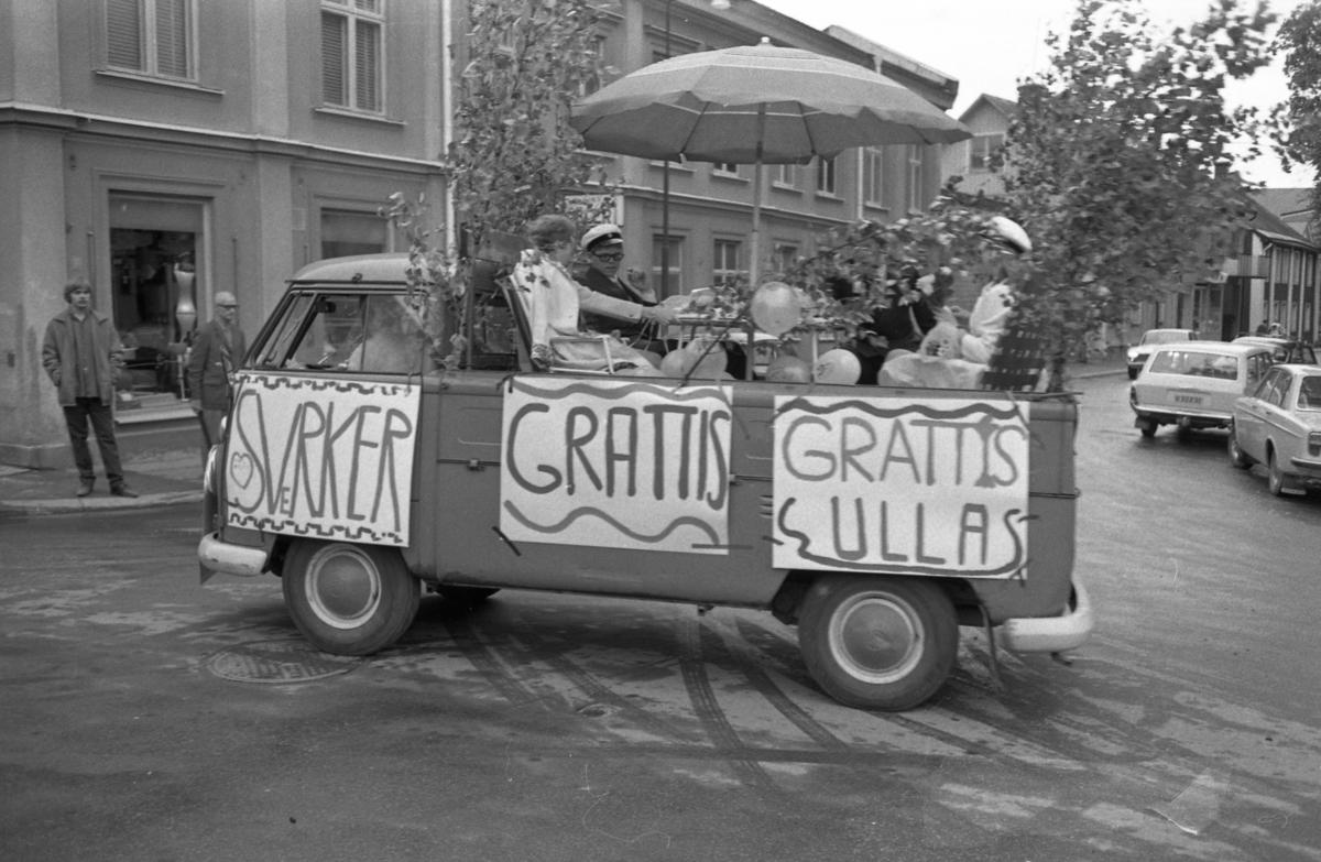 Här skjutsas studenterna Sverker och Ulla i lövad pick-up