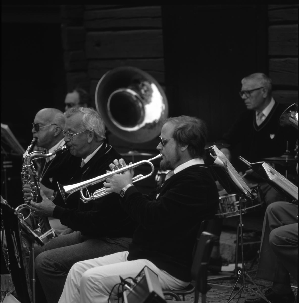 The Gubbstrutters uppträder på Museigården Blåsorkester
