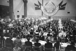 Arboga Mekaniska Verkstad firar 100 år. Festklädda män och k