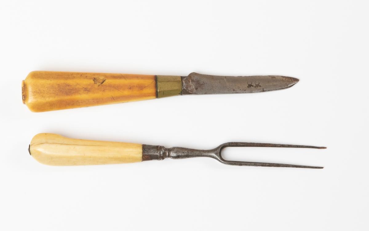 Bestick, kniv och gaffel (tvåtenad) av järn med skaft av ljust, blankt ben.