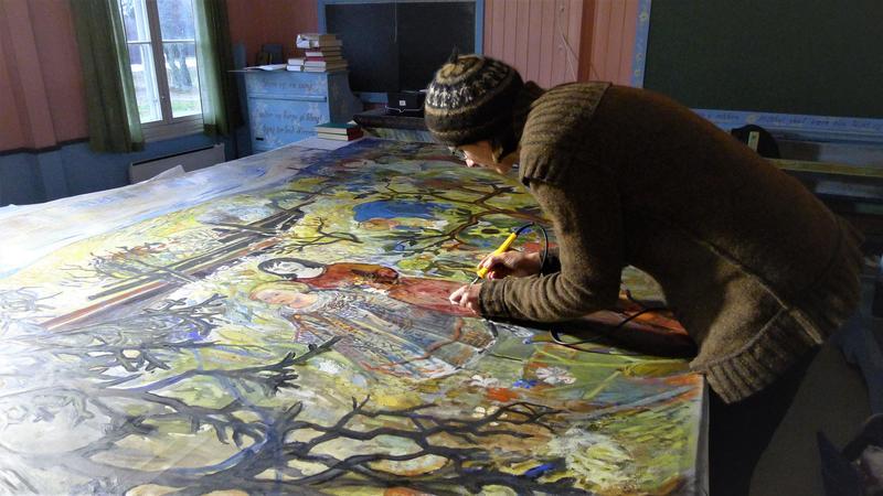 Malerikonservator Katrine Scharffenberg utfører konsolidering og reparasjon av hull og rifter mens maleriet ligger på bordet. Foto: Anne Milnes.