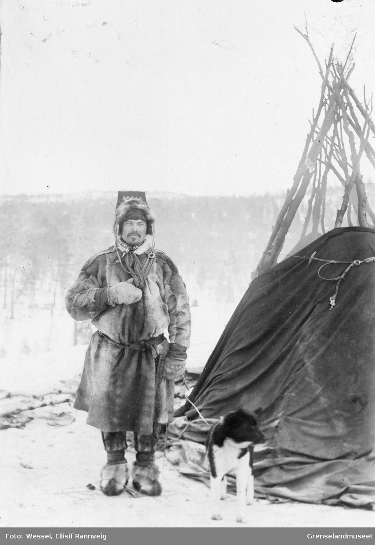 Skoltesamen og reinvokter Moses fotografert utenfor lavvoen mellom Salmijärvi og Suenjel, Kola i russisk lappmark.