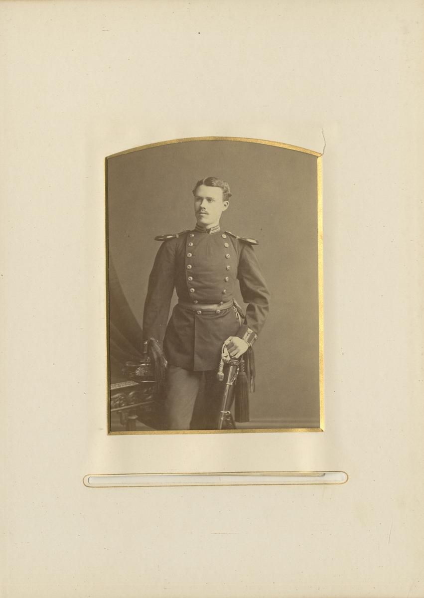 Porträtt av Per Henrik Edvard Brändström, underlöjtnant vid Närkes regemente I 21.  Se även bild AMA.0006889 och AMA.0006892.