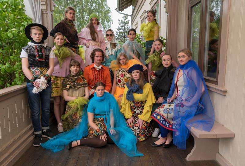 Alle modellene og danserne fra JUMP! på verandaen til Kvinnemuseet etter catwalken. Foto: Bård Løken, Anno museum/oppsett: Hilde Krogh-Lorentzen