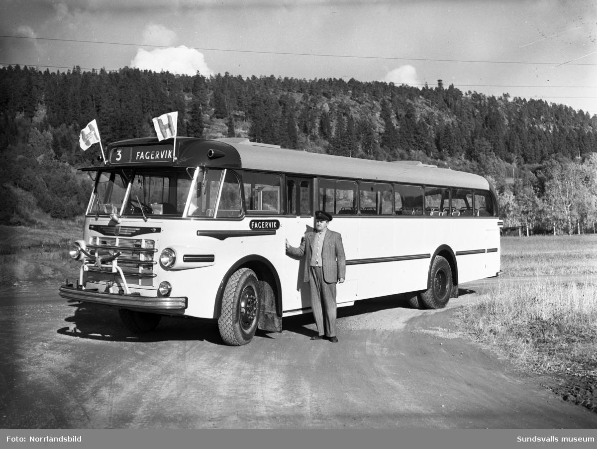 En ny, fin Fagerviksbuss fotograferad vid Västhagen. På flaggorna står det Hägglunds.