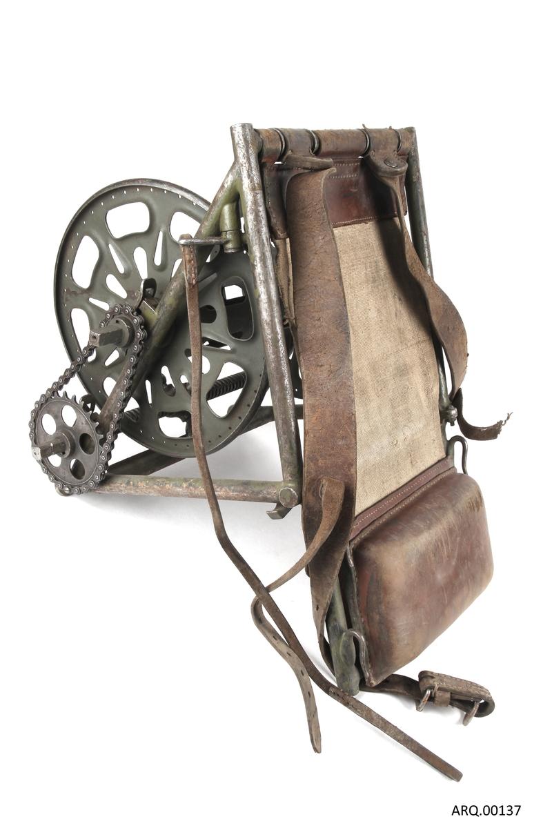 Kabeltrommel til å bære på ryggen. Sammenleggbar rygg, der nedre del er en taske.