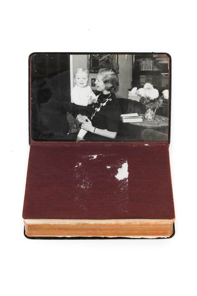 Bibel som Knut Nærum fikk av moren før han ble satt i konsentrasjonsleir i Tyskland. Bibelen hadde tilhørt faren.