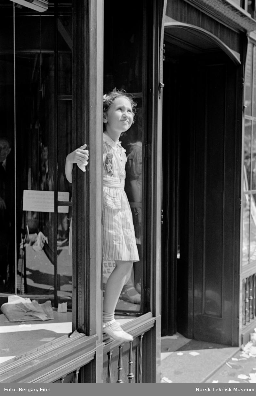 Barn står i åpent butikkvindu