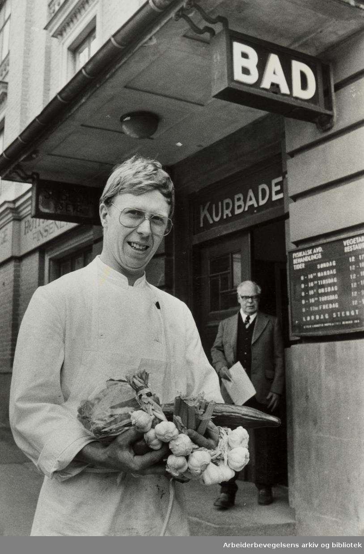 """Kurbadet. Kjøkkensjef Ole Kjær med et knippe av de grønnsakene han omdanner til vegetar-retter på """"Kurbadets"""" kjøkken. April 1981"""