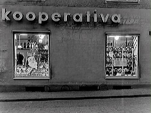 Kooperativa AB. Två skyltfönster utmed Östra Långgatan; i det ena en tomteskylt.
