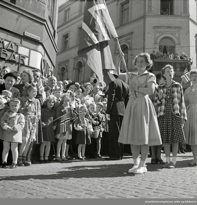 17. Mai 1952. Barnetoget. Karl Johans gate.