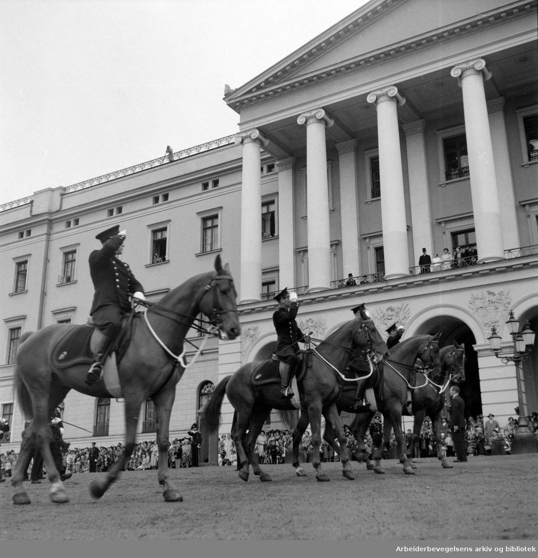 Ridende politi hilser kongen, 17. mai 1953. Kong Haakon VII. Slottet.