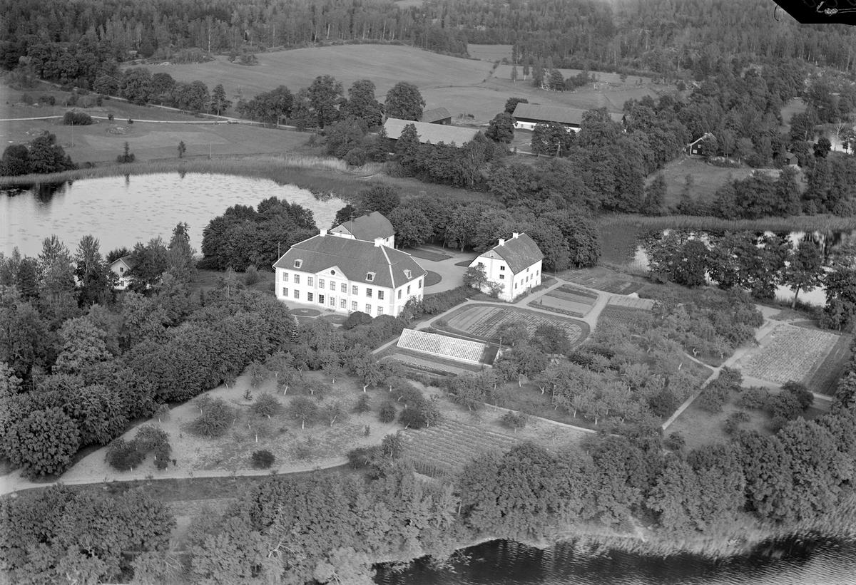Regnaholms slott är vackert beläget på en holme i sjön Regnaren. Den nuvarande huvudbyggnaden uppfördes 1751 på initiativ av brukspatron på Häfla bruk Katarina von Berchner. Vid sin pensionering 1759 skänkte hon Regnaholm till sin sonson Axel Wilhelm Gyllenkrook och godset kvarblev i släkten till 1873. Vid tiden för bilden ägdes slottet av ingenjör Wilhelm Schullström.