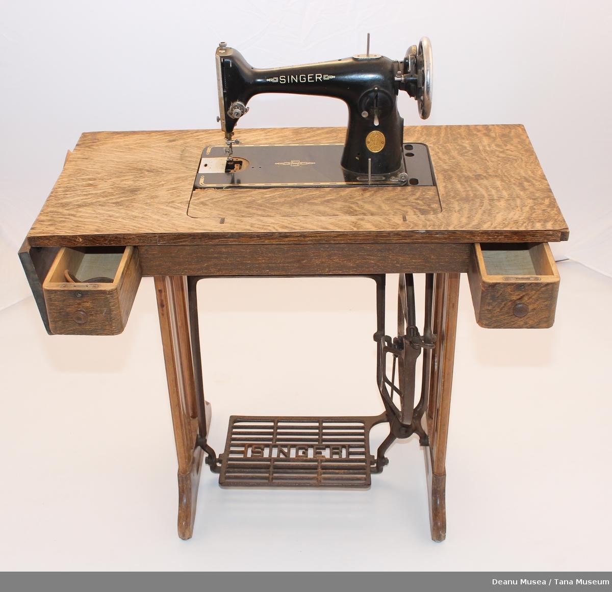 Tråsymaskin med sybord. 2 små skuffer. I ene skuffen ligger ett ekstra drivreim. Skuffene har lås ingen nøkkel. Mangler en spol og ett metall lokk.
