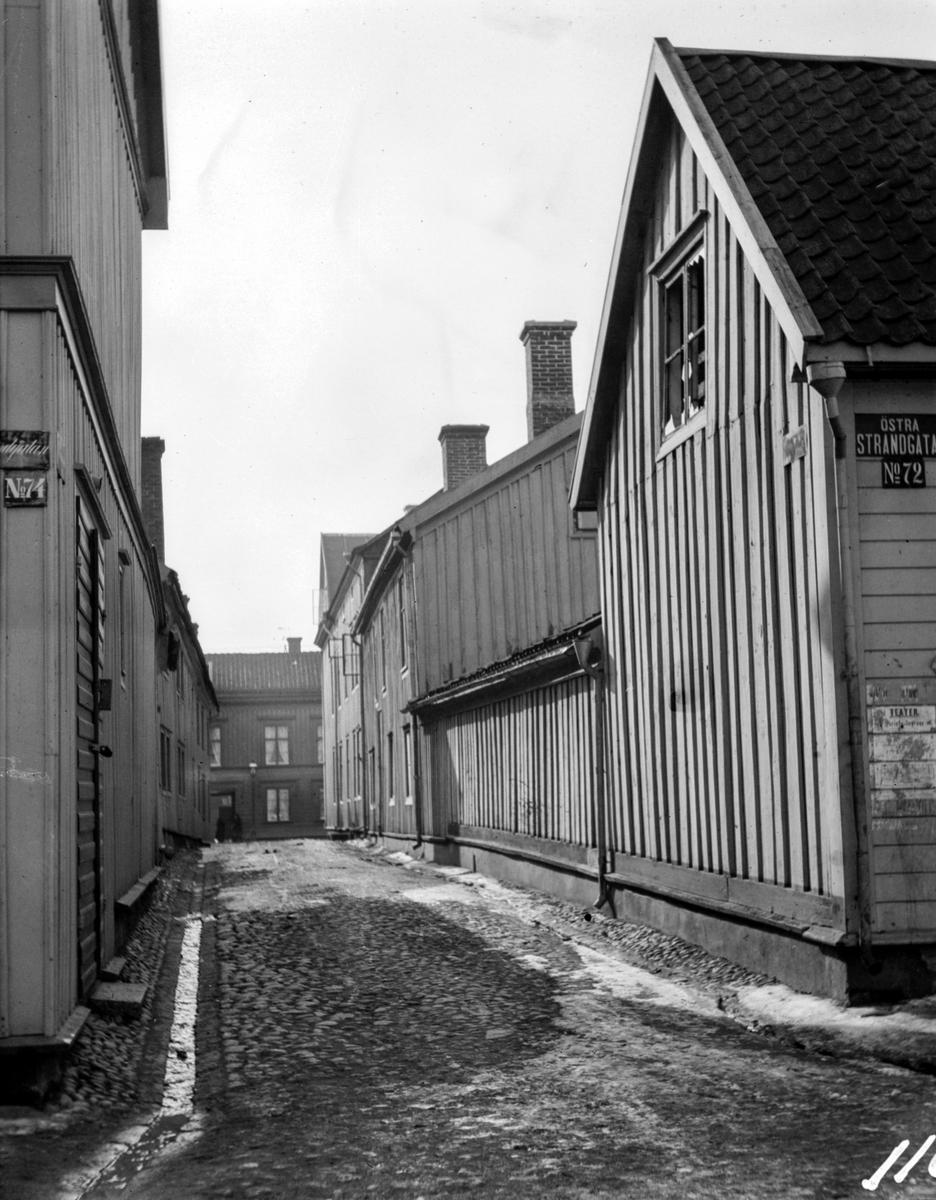 Strandgränd från Norra Strandgatan (enligt gatuskylten Östra Strandgatan) i Jönköping. Fotot är taget från Östra Strandgatan nr: 72.