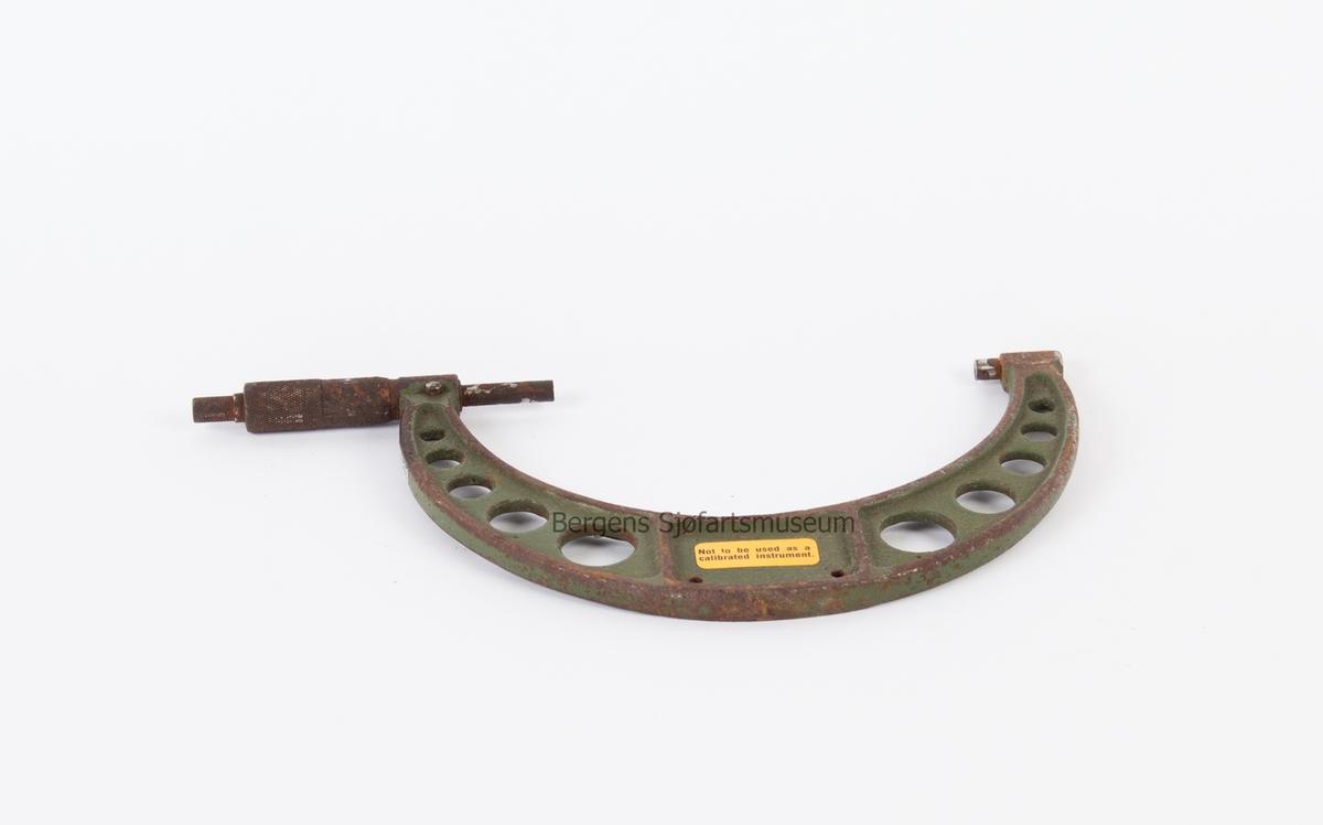 Mikrometer. Brukes til utvendig måling i skipsindustri, opp til ca. 150 mm. Halvrundt instrument med skrutapp på ene side.