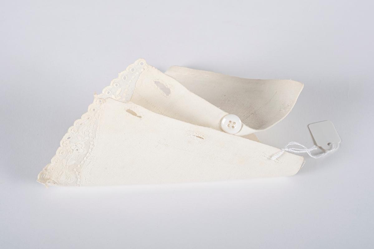 Stivet hvit løsmansjett til dame. Dekorert i nederkant med et påsydd bånd med engelsksøm broderi. Mansjetten har 5 håndsydde knapphull og 1 knapp av glass.