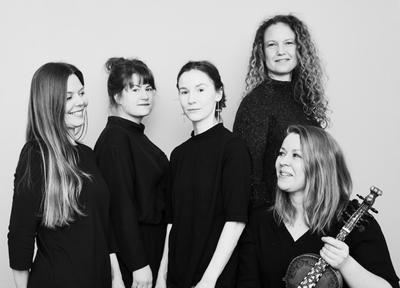 Svart-hvitt bilde av fem kvinner