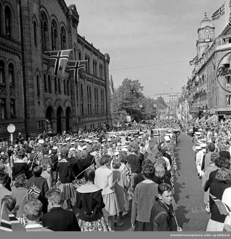 Barnetoget. Flaggborgen passerer Stortinget. 17. mai 1960