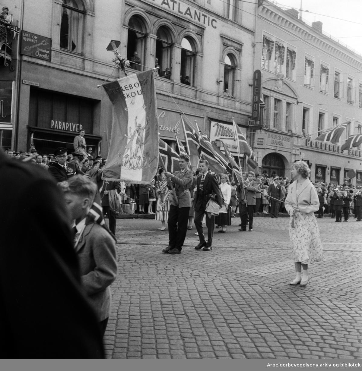 Barnetoget. Fanen til Lilleborg Skole. 17. mai 1957.