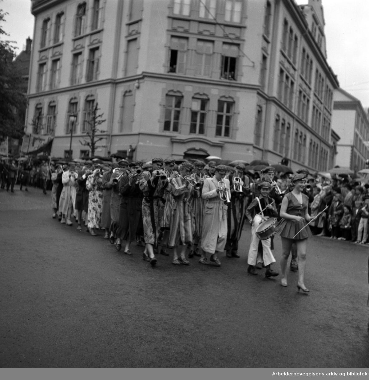 Russetoget 17. mai 1959. Niels Juels gate. Frogner Gymnas (Nå Hartvig Nissens skole)..