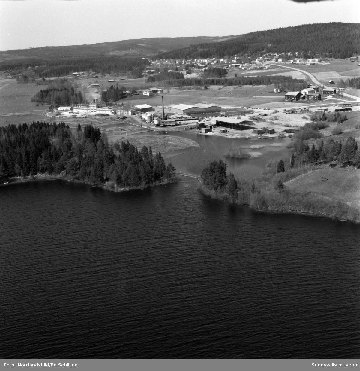 Flygfoton över Hassela, Plyfa-fabriken och omgivande gårdar.