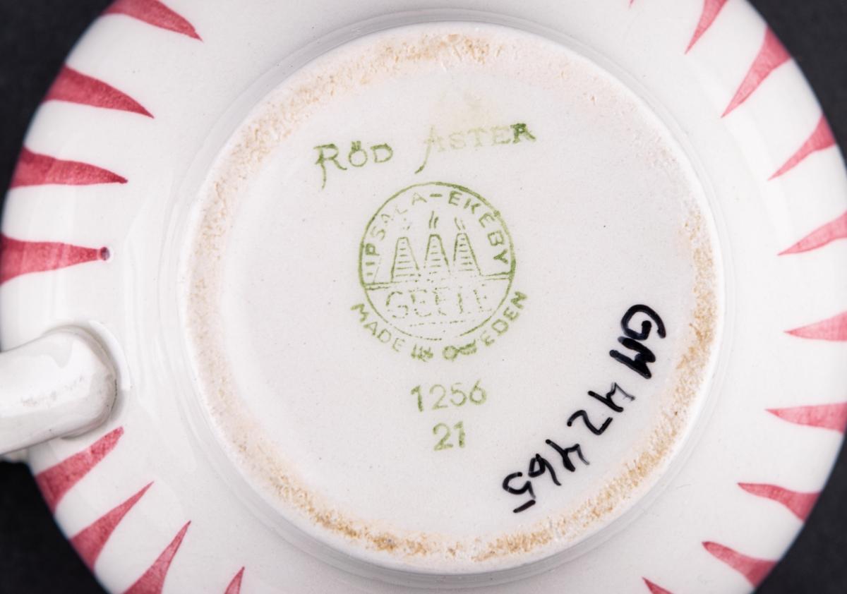 Kaffekopp med fat, modell AX och i dekoren röd Aster. Dekoren runt koppen är i röda vertikala streck och på fatet dito runt brättet.