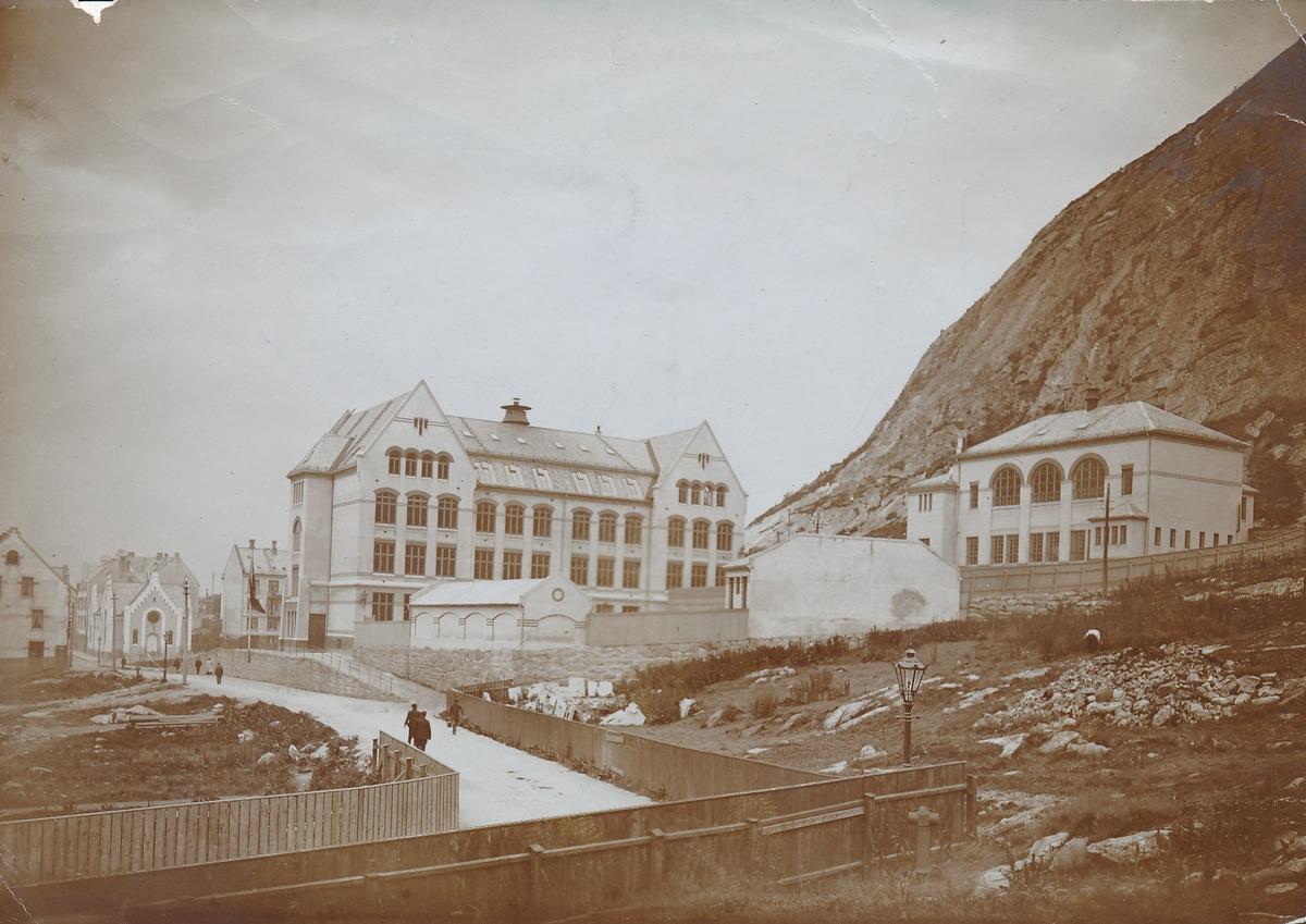 Nørvøy skole og gymnastikkbygningen til høyre, år 1908.  Nedre utstillingsplass i forgrunnen. Stallane og øvre utstillingsplass var ikke bygd. Metodistkirka i bakgrunnen.