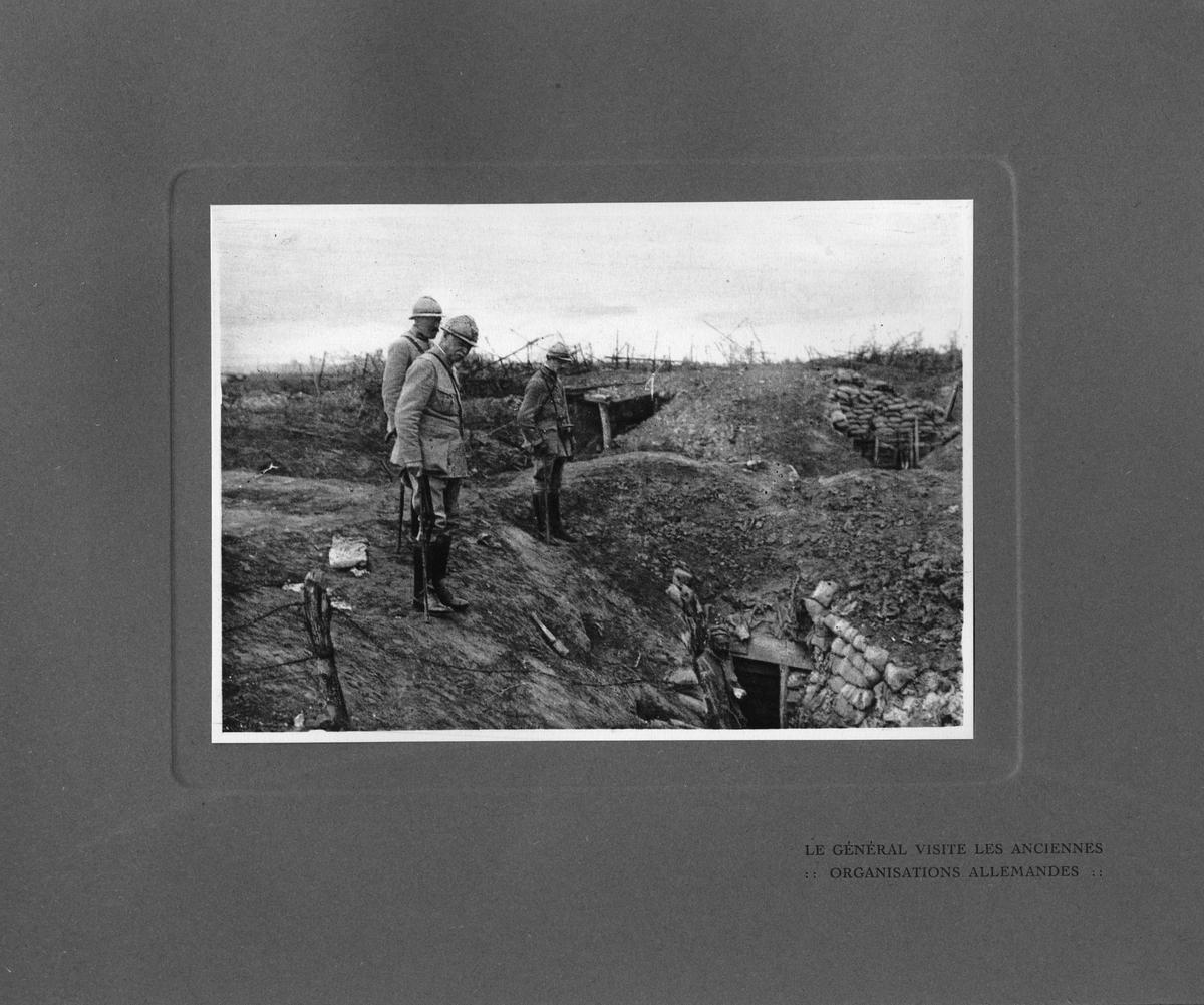 """Text i fotoalbum: """"Generalen besöker de erövrade tyska ställningar """"."""