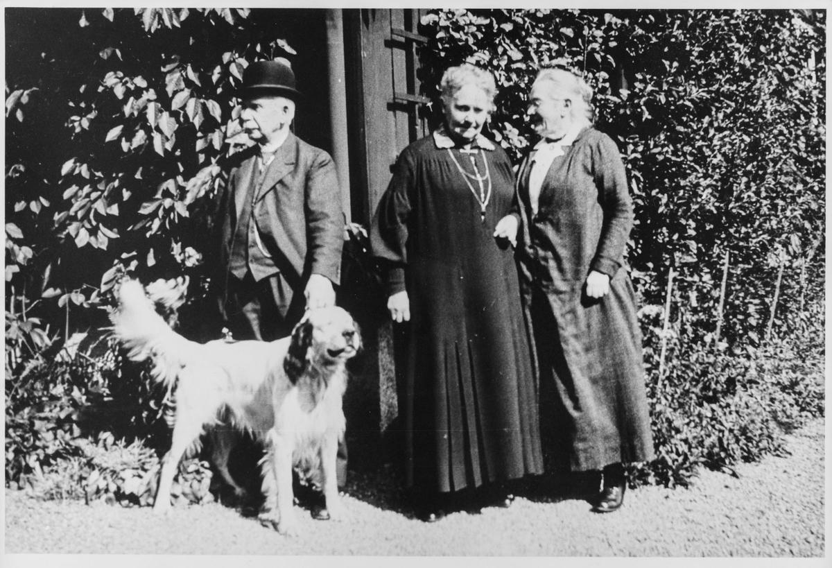 Engel Hveding f. Bøe, med svigerforeldre