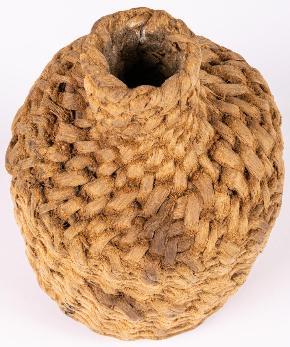 Kat.kort: Burk, rund, flätad av rötter, med kort hals, propp saknas. Gästrikland.