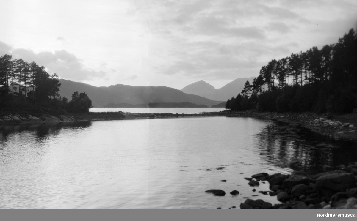 Landskapsfoto. Muligens fra Nord-Norge, man kan også være fra Møre og Romsdal. Samling av foto gitt av Ida Staurseth Mittet. Fra Nordmøre museums fotosamlinger.