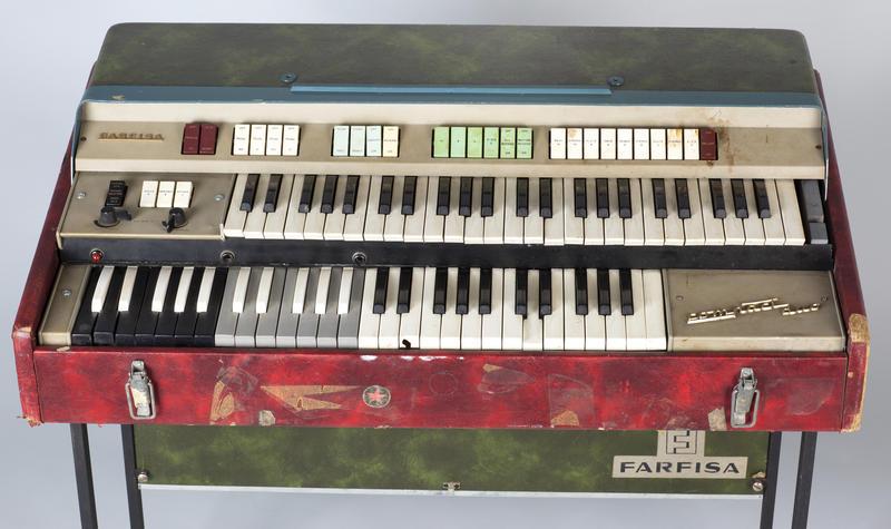 Orgelet har to tangentbrett, og en kombinert strømforsyning og effektboks med fjærklang følger med. Kombinert med ekkomaskin var denne Farfisa-typen også viktig for Pink Floyd fra slutten av 1960-tallet og fram til og med Dark Side Of The Moon.  Foto: Uta Freia Beer/Rockheim (Foto/Photo)