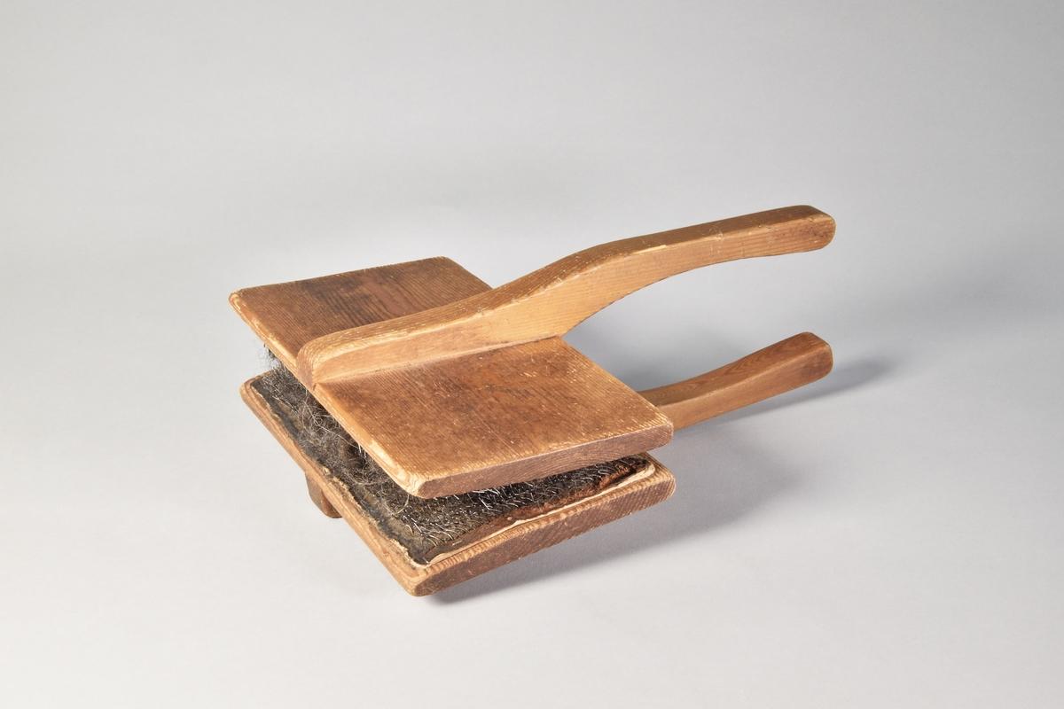 Karda, rektangulär, av trä med beredningsyta av metall och skinn.