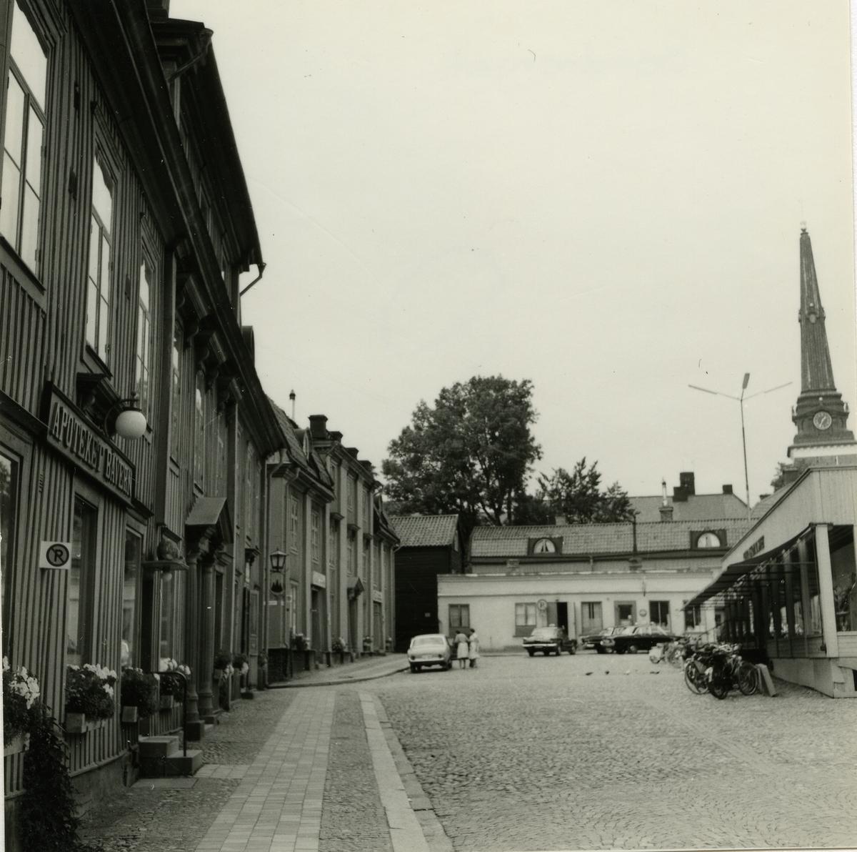 Västerås. Bondtorget mot norr, med apoteket Bävern, domkyrktorn m.m. 1964.