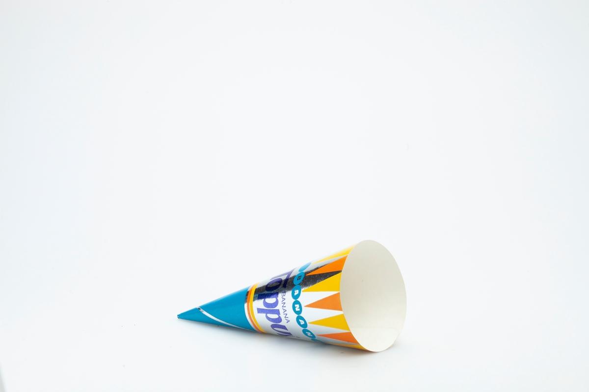 Kjegleformet iskrempapir (kremmerhus) i aluminium. Kremmerhuset er med farger på utsiden, og matt uten farge (hvit) på innsiden. Iskrempapiret har turkis tupp. Midtpartiet har metallisk blå skrift mot sølvfarget bakgrunn. Øverst mot kanten er det vimpelformede trekanter i oransje og gult. Under dette er det en rekke med små turkise sirkler.