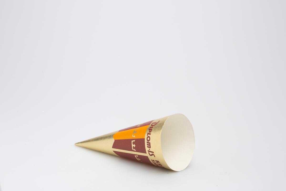 Kjegleformet iskrempapir (kremmerhus) i aluminium og papir. Kremmerhuset er med farger på utsiden, og uten farge (hvit) på innsiden. Iskrempapiret har gullfarget bakgrunn med mønster av vertikale fargefelt i brun og oransje. det er gullkroner i hver av fargefeltene. Det er tekst på øverste del.