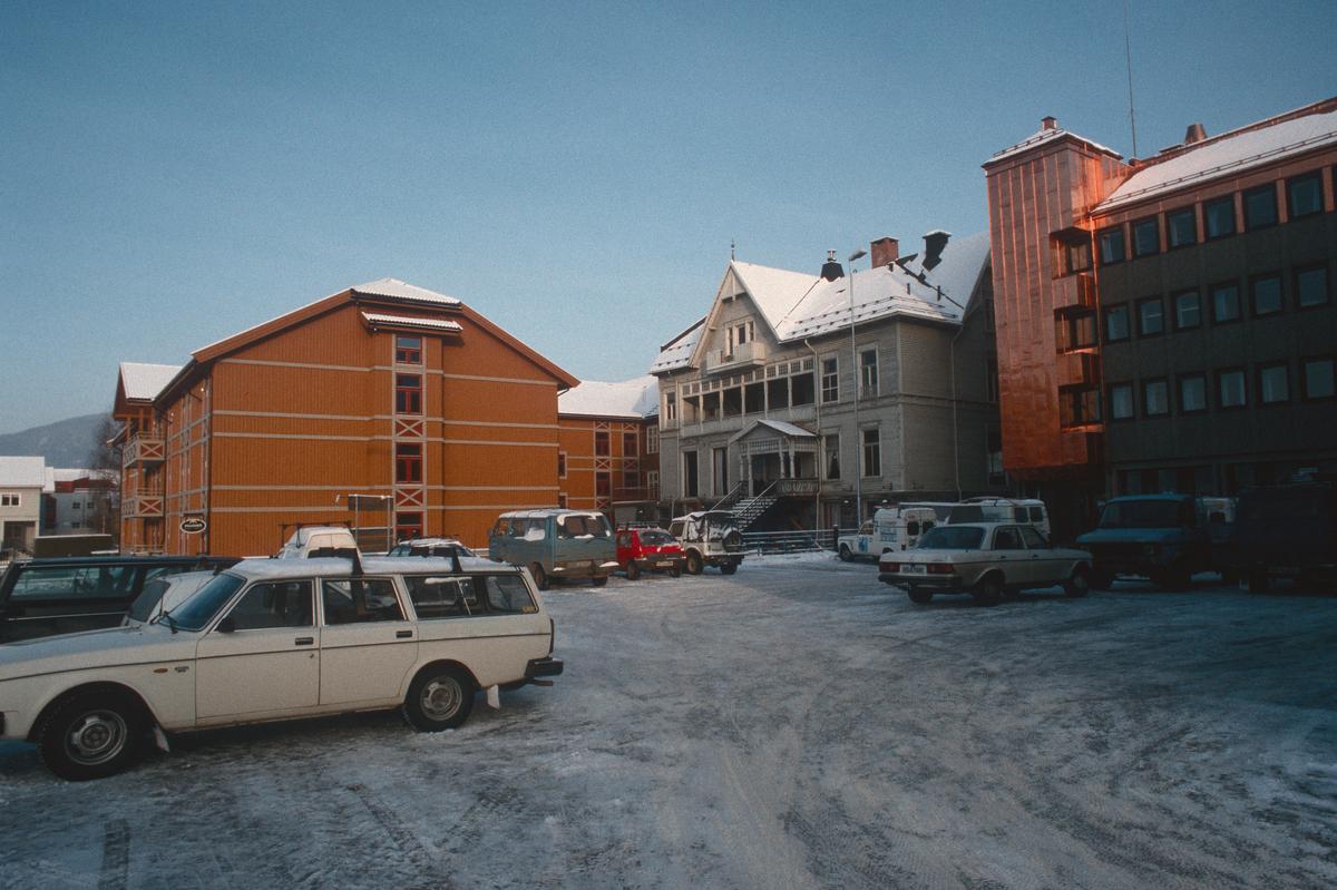 Lillehammer.  Hammer Home Hotell med Lundegården sett mot nord fra Tomtegata.  Parkeringsplass.