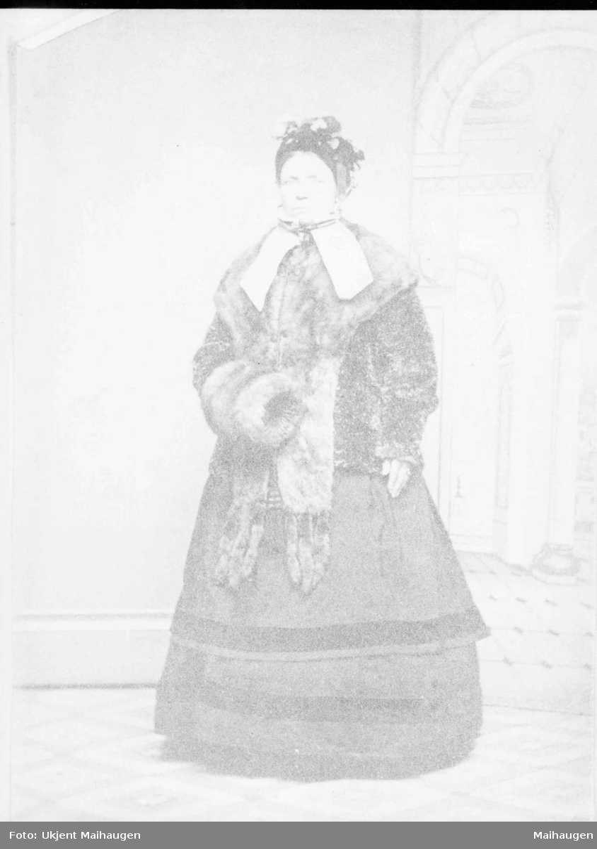 Repro: Portrett av kvinne i fin drakt.