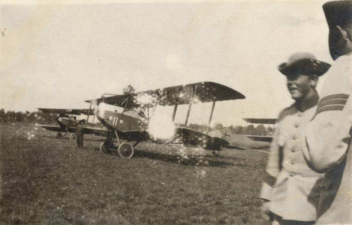 Soldater bredvid flygplan.