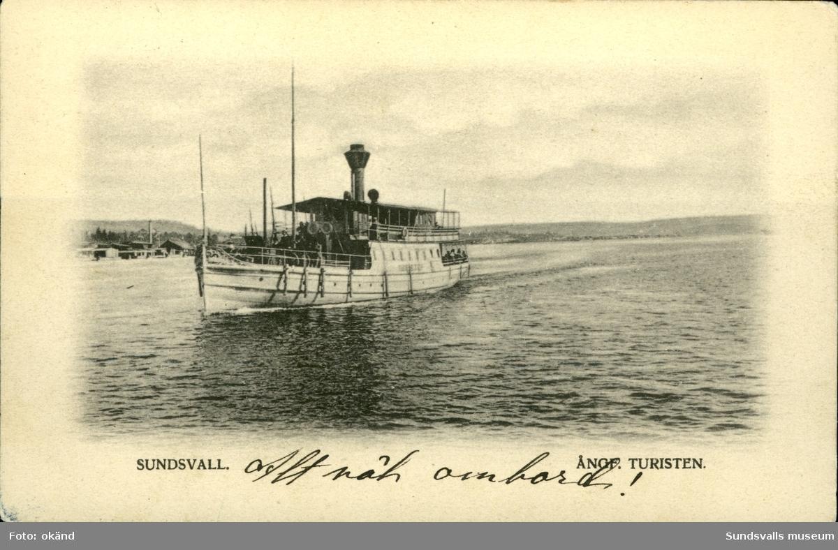 Vykort med motiv av ångbåten Turisten som trafikerade farlederna i Sundsvall.