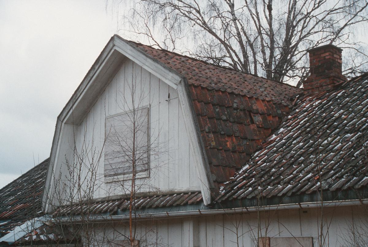 Lillehammer.  Vingrom.  Frydenlund lærerbolig, som ble revet.  Nærbilde av tak-oppbygg på vestsida sett mot nord-øst.