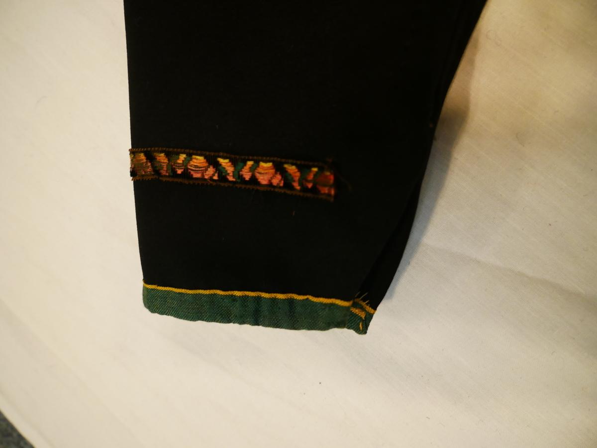 """Kvinnetrøye, innsvinga bakstykke med """"snear"""" (kilar), kanta med brune fløyelsband med blå silkedekor, grøne/gule silkeband og broderte silkeband. Fora med ubleika lerret. Desse trøyene vart utanom bruredrakt brukte som høgtidsplagg. Sjå Noss (2005) s.20 ff Også registrert som SuM.Lnr. 1987-108"""