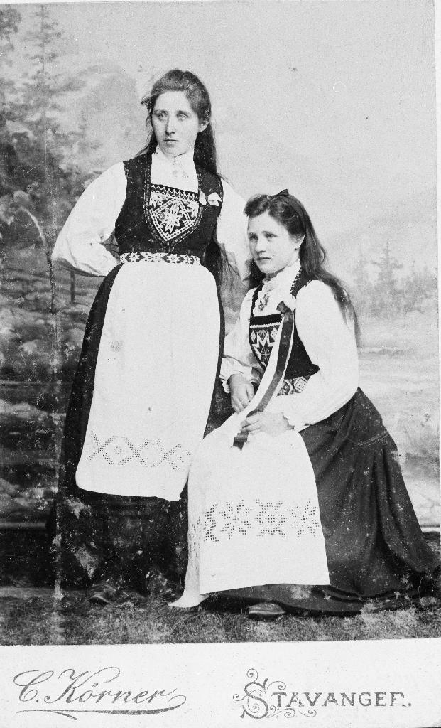 Inga Kverneland og Maria Tårland i hardangerbunad.