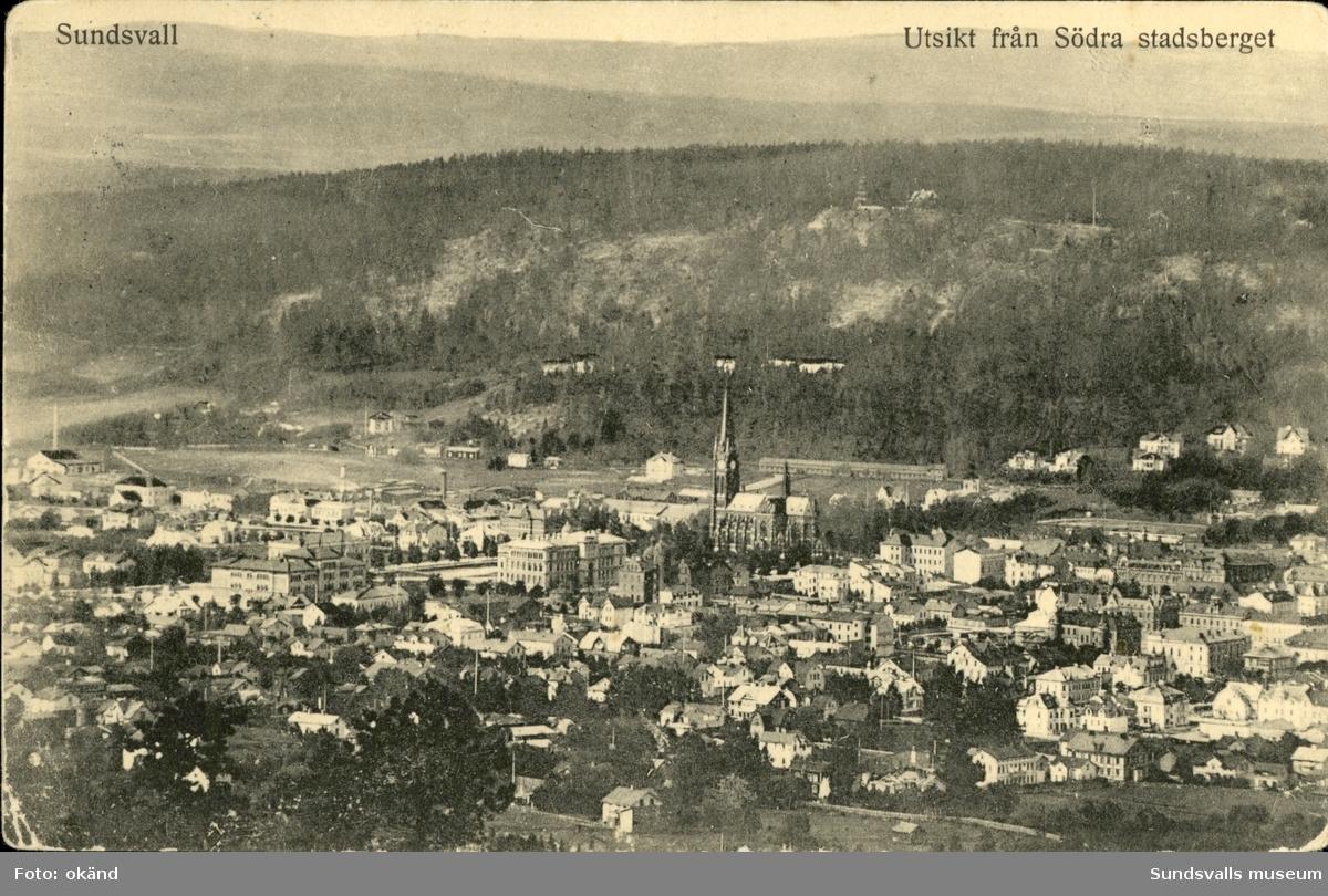 Vykort med motiv över Sundsvall med utsikt från Södra stadsberget.