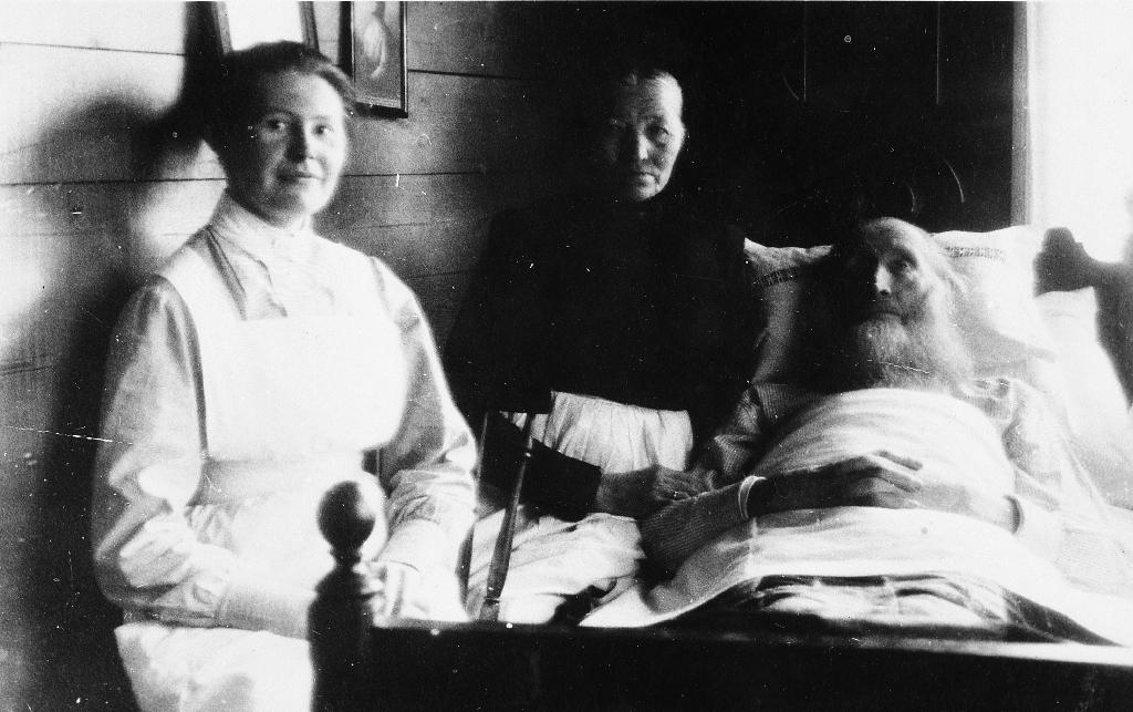 Frå dødsleiet til Hans Njå på Ægro i 1925. Han var fødd 1834. Kona Ane (1848 - 1938) og Søster Petra Grødem ved sjukesenga. Søster Petra gjekk rundt i heimane og stelte sjuke. Hans og Ane Njå var farfar og farmor til Agnes Liland som budde på Ålgård.