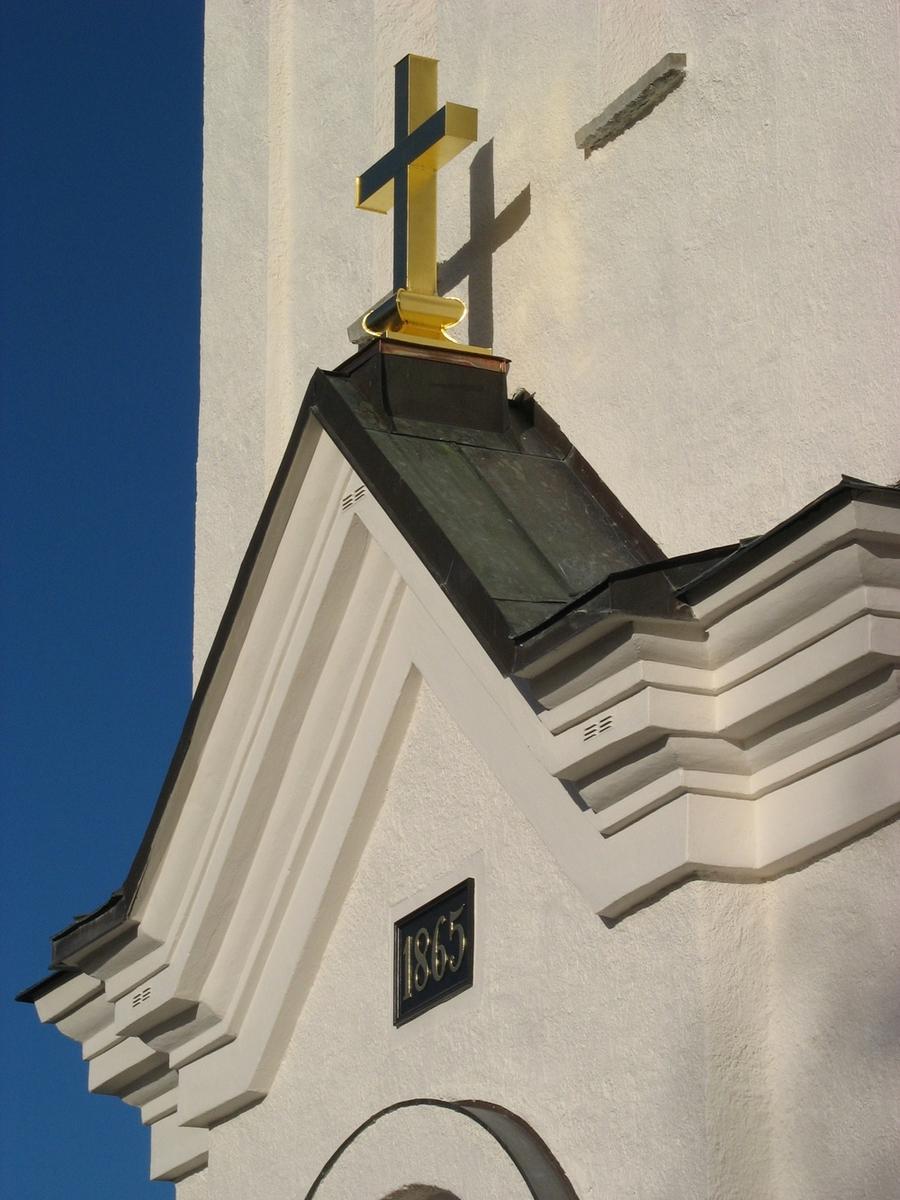 Exteriör, Bankeryds kyrka i Jönköpings kommun. Bilden föreställer tornportalen med nytillverkat kors.