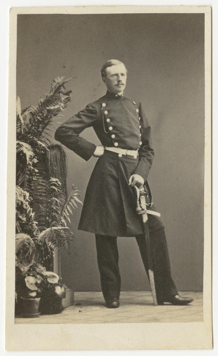 Porträtt av Otto Wilhelm Dahlgren, underlöjtnant vid Andra livgrenadjärregementet I 5.  Se även bild AMA.0001940.